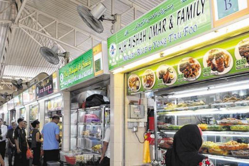 MASIH BERTAHAN: Ada juga gerai seperti Hajah Aishah Omar & Family yang masih mengekalkan harga $3.50 bagi nasi campur dengan satu lauk daging dan satu lauk sayur.