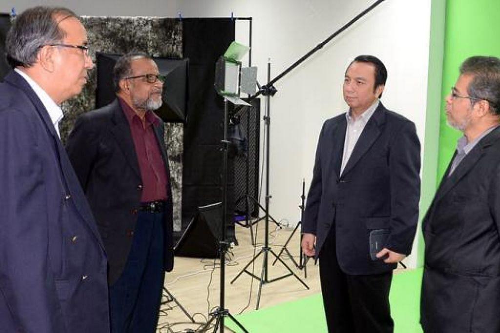 STUDIO UNTUK PERLUAS PENDEKATAN: Dr Hasbi (dua dari kanan) bersama anggota pengurusan Jamiyah yang lain iaitu (dari kiri) Naib Presiden 3, Dr Isa Hassan; Naib Presiden 1, Dr H.M. Saleem; dan Naib Presiden 2, Encik Mohd Yunos Mohd Shariff, di studio Jamiyah yang baru dibuka. - Foto JOHARI RAHMAT