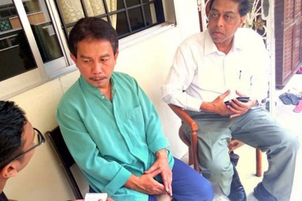PASRAH: Bapa Azreen, Encik Sairudin (baju hijau), tenang semasa bertemu Berita Harian di flatnya di Woodlands semalam. Bersamanya ialah Encik Halim. - Foto ANISA