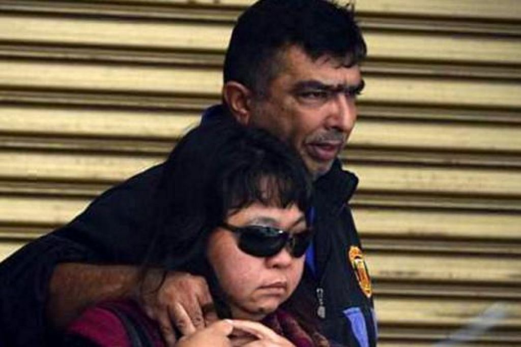 TERLALU SEDIH: Ibu Allahyarham Ameer, Cik Anita dan bapanya, Encik Mohd Adeed Sanjay, berasa terlalu hiba dengan pemergian anaknya itu. Gambar diambil ketika mereka di Rumah Mayat di hospital di Sabah. - Foto SPH