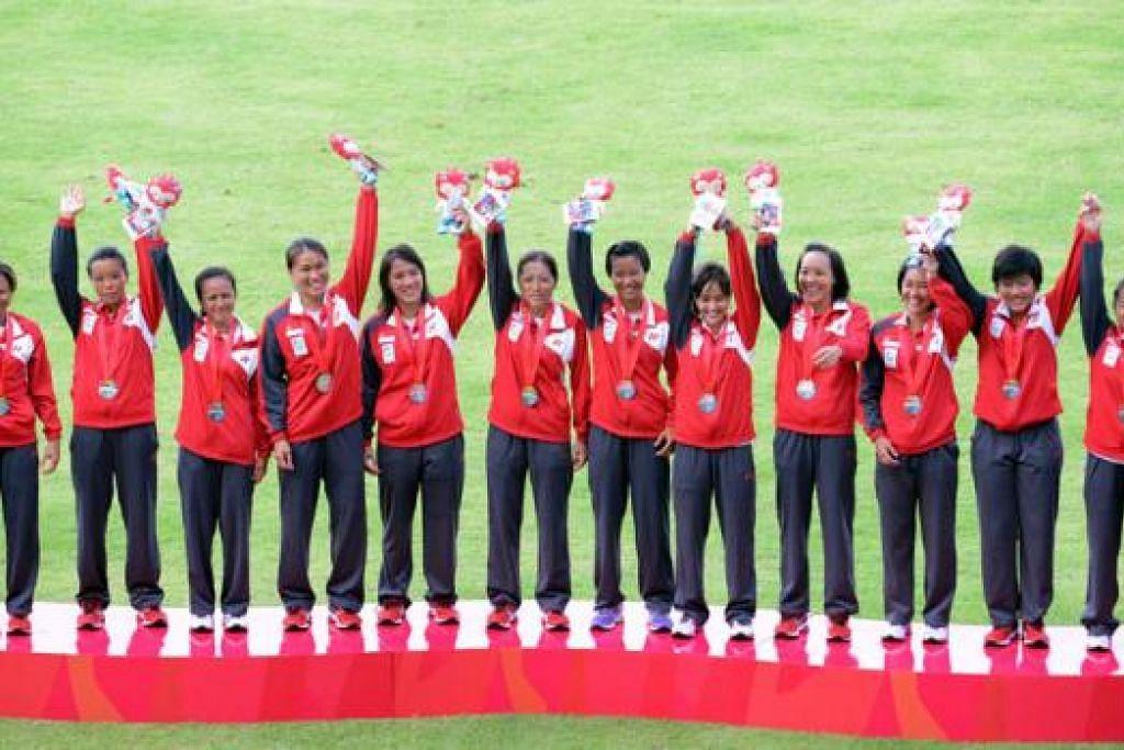MELEBIHI JANGKAAN: Skuad wanita ragbi negara mengejutkan ramai dengan memenangi perak acara itu semalam. - Foto SINGSOC/REUTERS