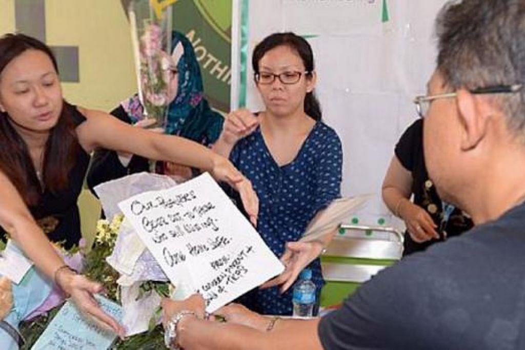 UCAPAN UNTUK MANGSA DAN KELUARGA: Orang ramai mengunjungi Sekolah Rendah Tanjong Katong bagi merakamkan ucapan takziah kepada mangsa dan keluarga mereka semalam. - Foto SPH