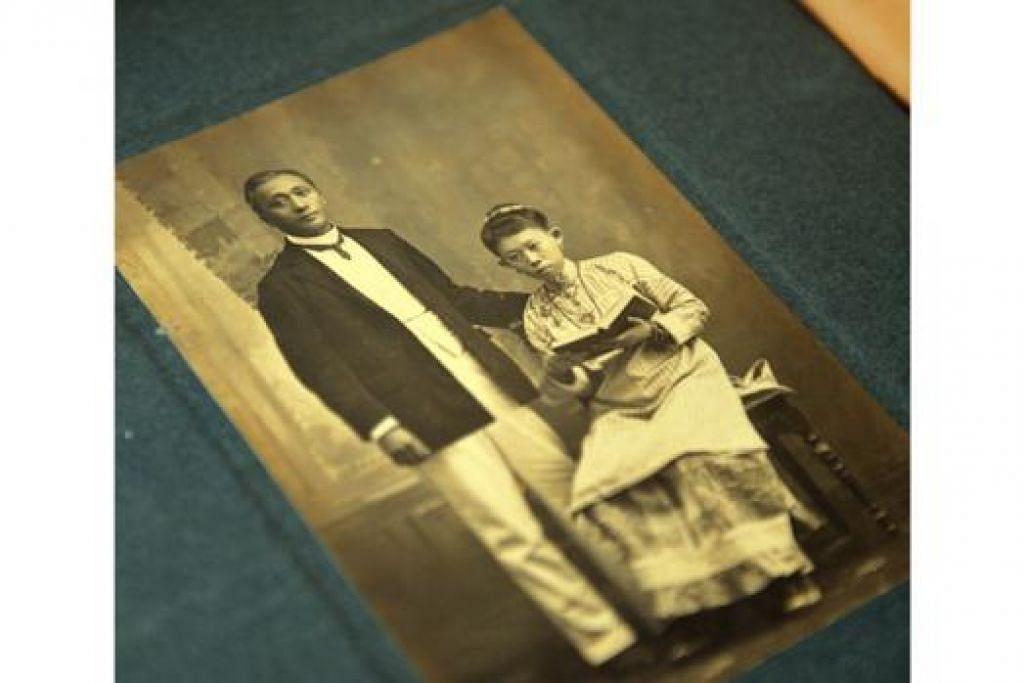 PASANGAN PERANAKAN: Gambar pasangan mendiang Encik Song Ong Siang dan isterinya, mendiang Cik Helen Yeo, kedua-duanya penyokong kuat pendidikan wanita. - Foto M.0. SALLEH