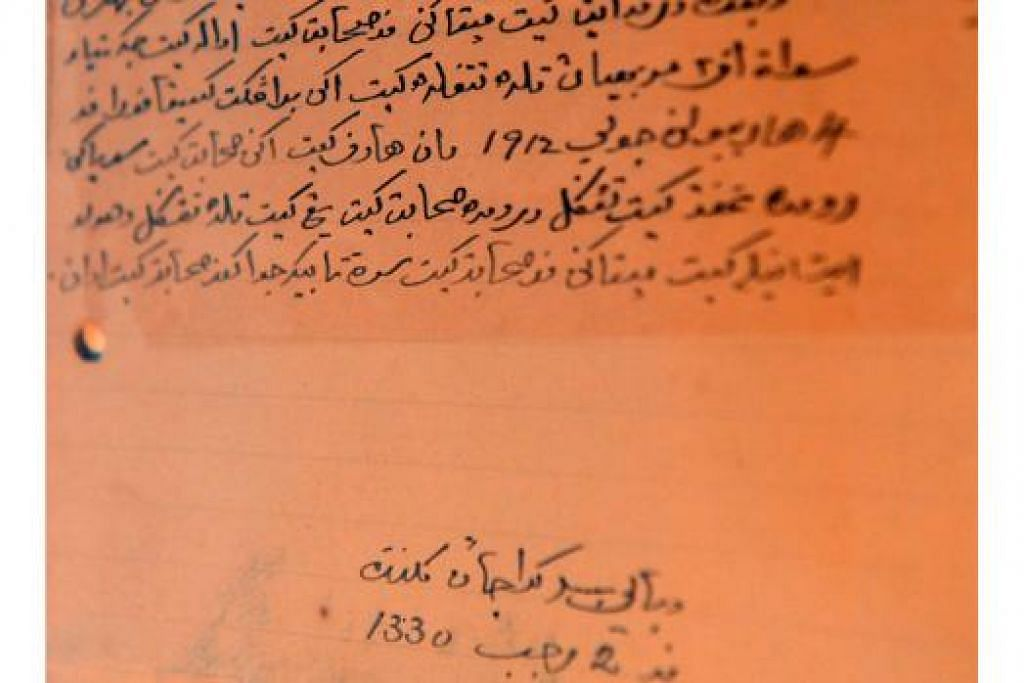 ANTARA KOLEKSI: Surat dalam tulisan Jawi daripada Sultan Kelantan, Allahyarham Muhammad IV, kepada mendiang Encik Lee Choon Guan, turut dipamerkan. Ia menyatakan hasrat Sultan bertemu mendiang Lee. - Foto M.0. SALLEH