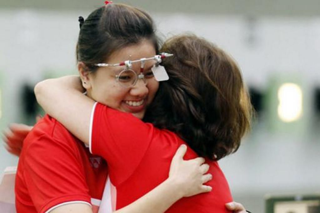 PELUKAN TAHNIAH: Teo Shun Xie beraksi cemerlang semasa memenangi acara 10 meter pistol angin individu wanita - emas ketiga pasukan menembak negara di Sukan SEA ini. - Foto SINGSOC/REUTERS