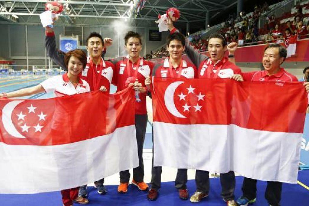 JUARA LAGI: Pasukan 4x100m gaya bebas berganti-ganti bergambar dengan bendera Singapura.
