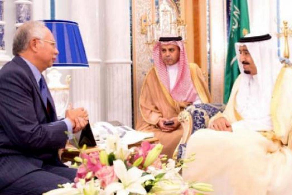 KERJASAMA MELAWAN PENGGANASAN: Datuk Seri Najib Razak (kiri) berbincang dengan Raja Salman Abdulaziz al-Saud (kanan) di Istana As-Salam kelmarin. - Foto SAUDI PRESS AGENCY