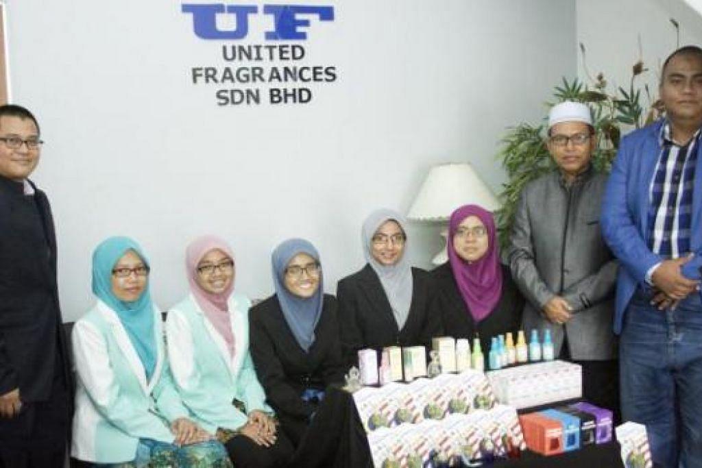 MEMUPUK SEMANGAT KEUSAHAWANAN: Encik Abdul Rahim (bersongkok putih) bersama beberapa siswazah yang dibimbing menjalankan perniagaan wangian sendiri. - Foto-foto ihsan FRAGRANCIA SDN BHD