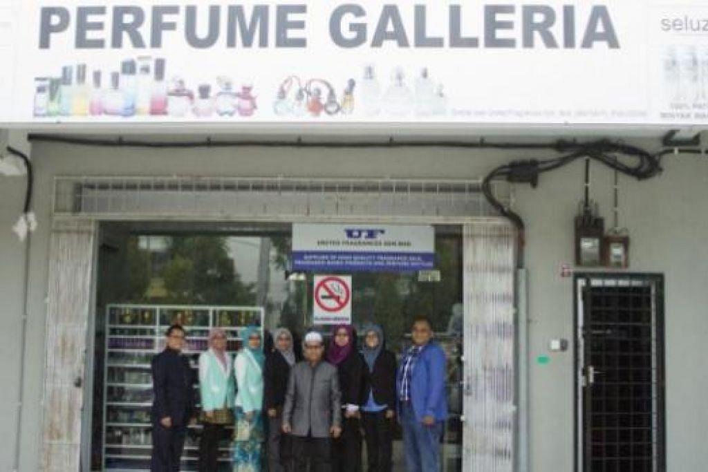 MAJUKAN PERNIAGAAN WANGIAN: Encik Abdul Rahim (bersongkok putih) depan bilik pameran United Fragrances Sdn Bhd dalam kawasan Ayer Keroh, Melaka. - Foto-foto ihsan FRAGRANCIA SDN BHD