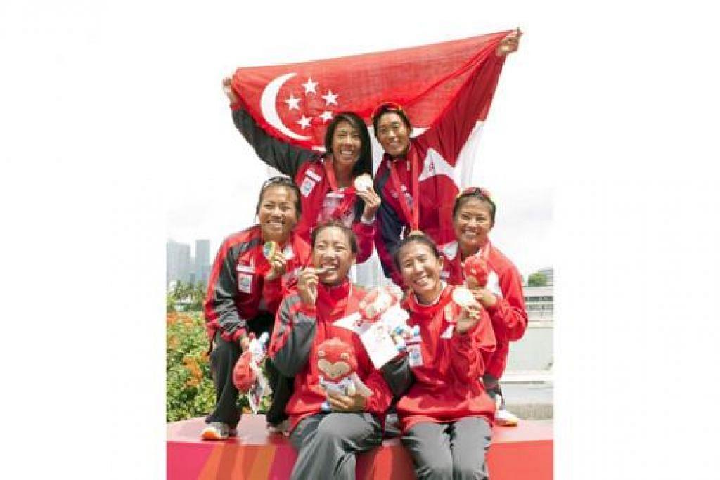SEMUA EMAS: Wanita Singapura memenangi pingat emas bagi kelas K1 acara 500 meter, acara 500 meter K4 dan acara 500 meter K2. - Foto SINGSOC