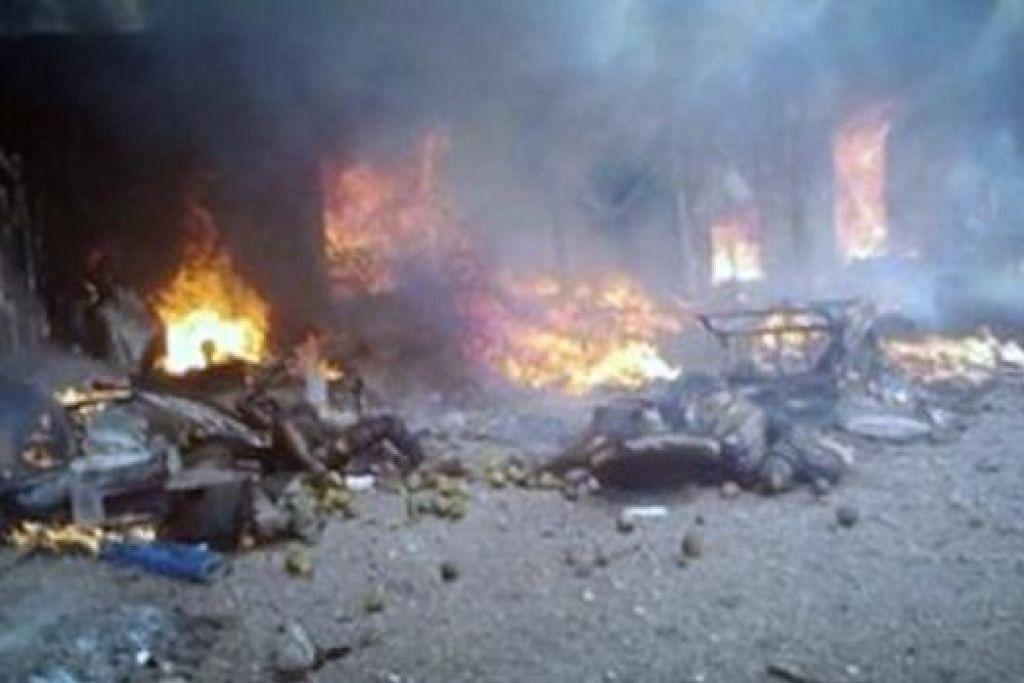 HANGUS TERBAKAR: Pengebom nekad wanita meledakkan bahan letupan yang diikat pada badannya berhampiran lebuh raya Baga- Monguno sehingga mengorbankan dua orang awam dan mencederakan empat yang lain. - Foto INTERNET