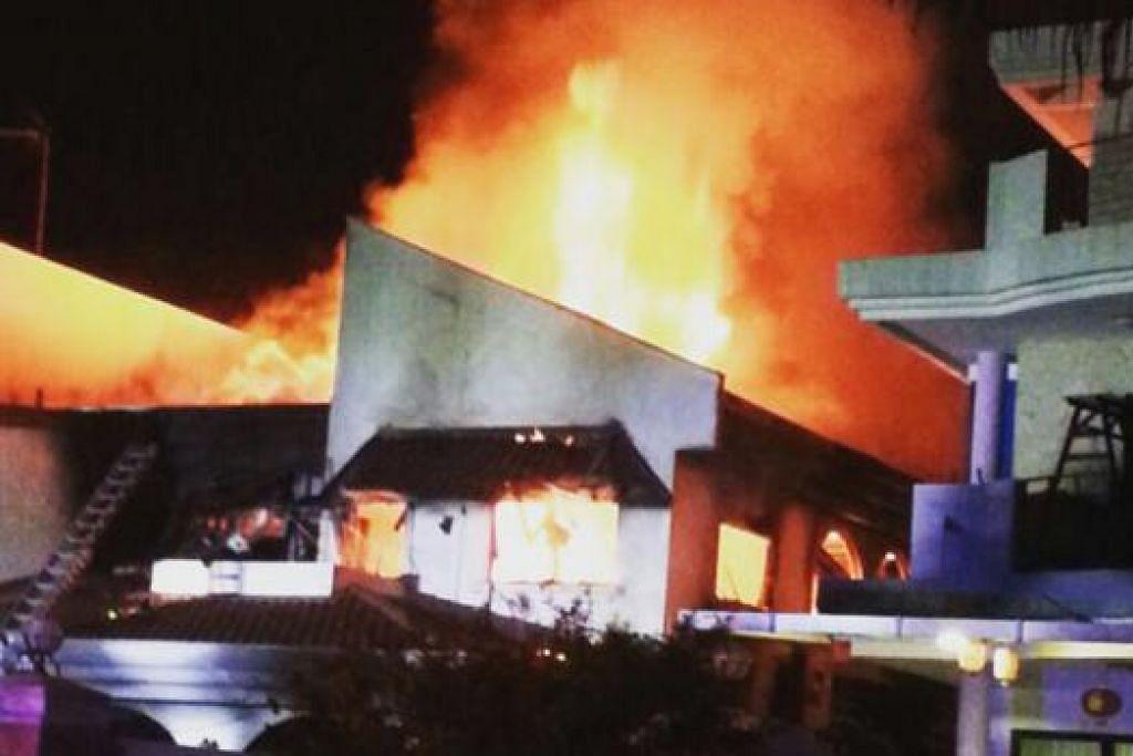 RUMAH TERBAKAR: SCDF dapat mengawal kebakaran yang berlaku di sebuah rumah di Yio Chu Kang awal pagi semalam daripada merebak ke rumah jiran. - Foto PEMBACA WANBAO