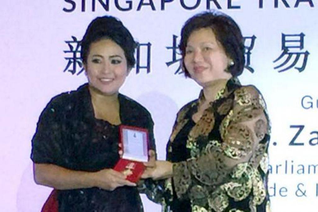 JENAMA BERPOTENSI: Cik Hamidah Razak (kiri) menerima pingat dalam majlis penyampaian anugerah yang diadakan baru-baru ini di Pusat Konvensyen Resorts World. - Foto ihsan HAMIDAH RAZAK