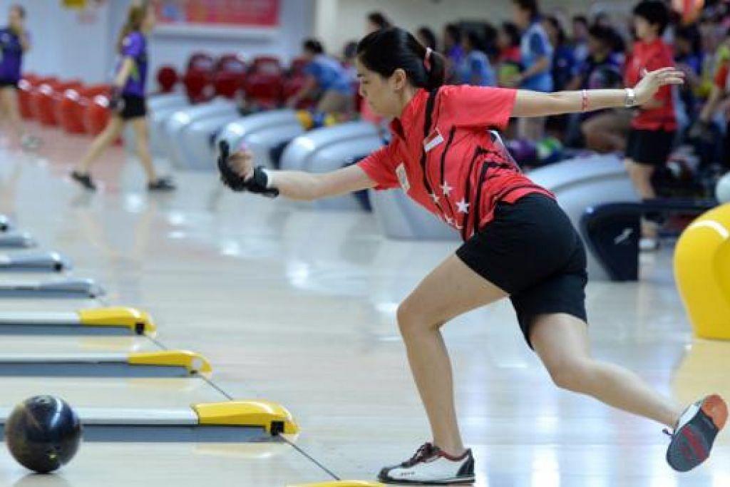 PEMAIN TERBAIK: Daphne Tan memenangi acara bowling perseorangan wanita selepas menjatuhkan 1,368 pin.