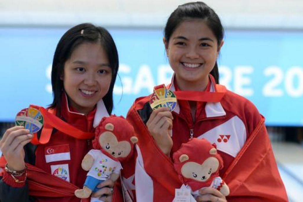 RATU BOWLING: Jazreel Tan (kiri) dan Daphne Tan bergambar bersama pingat mereka. - Foto-foto THE STRAITS TIMES