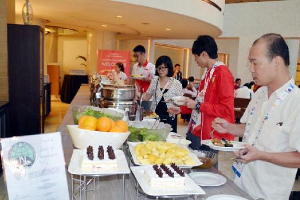 TIDAK PERLU WASWAS: Kesemua 20 hotel yang menempatkan 10,000 atlit dan pegawai menyediakan makanan yang telah mendapat pensijilan halal daripada Majlis Ugama Islam Singapura (Muis). - Foto MUIS