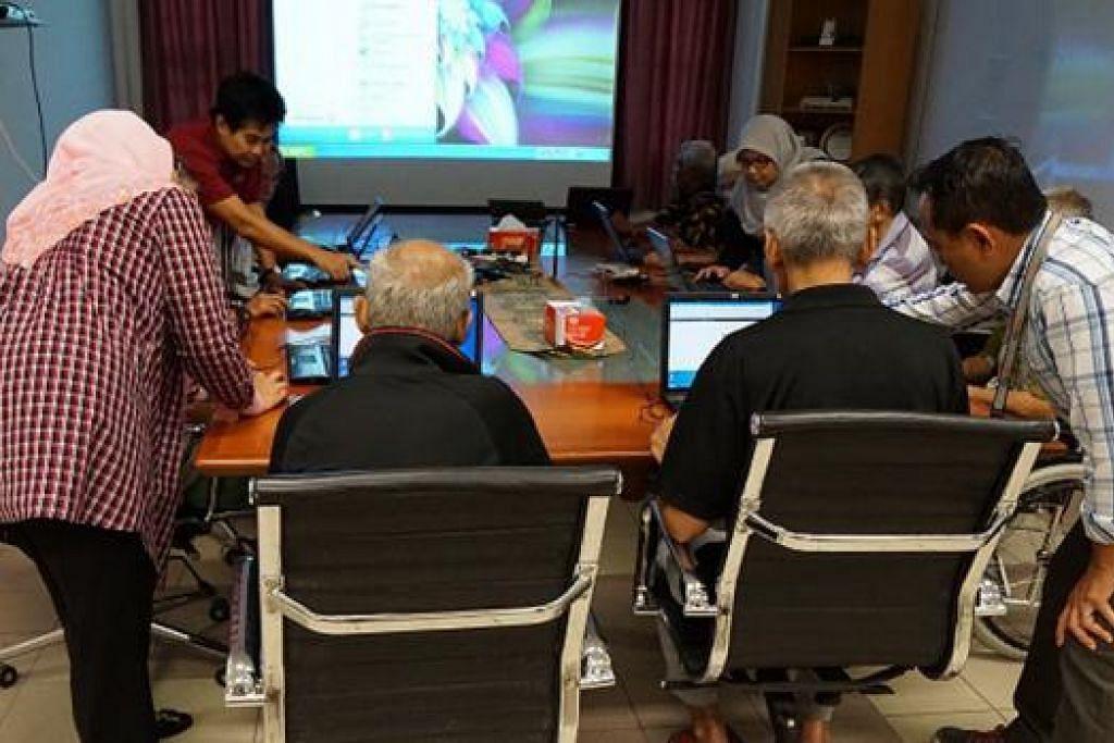 BELAJAR KOMPUTER: Penduduk Rumah Warga Tua Darul Takrim mempelajari kemahiran asas menggunakan komputer, dibimbing sukarelawan daripada syarikat SSA Consulting. - Foto SSA CONSULTING