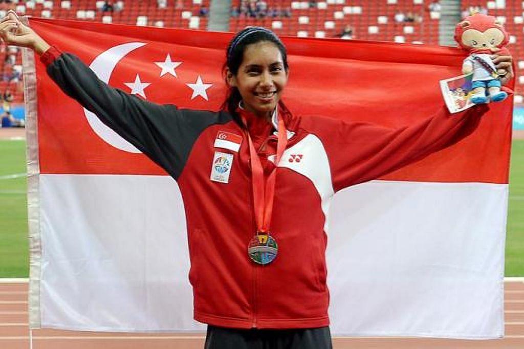 PENCAPAIAN MEMBANGGAKAN: Dipna Lim-Prasad mencatatkan rekod nasional baru semasa memenangi pingat perak perlumbaan 400 meter berpagar. - Foto TAUFIK A. KADER