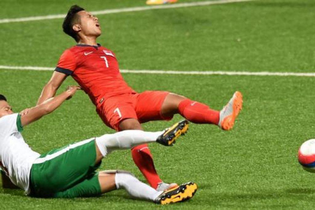 KECUNDANG: Babak Sahil Suhaimi kehilangan bola selepas diasak pemain pertahanan Indonesia, Agung Prasetyo, mencerminkan kempen pasukan negara yang kecundang. - Foto AFP