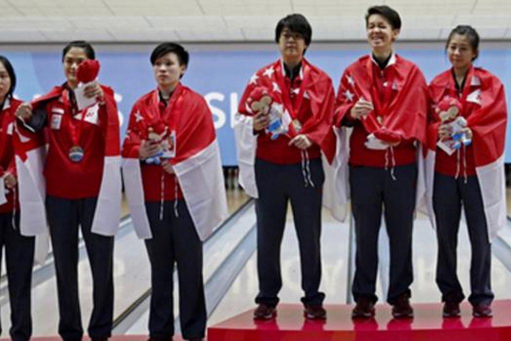 SRIKANDI EMAS DAN PERAK: Dua pasukan trio bowling negara menduduki dua tangga teratas acara trio yang berlangsung semalam. - Foto SINGSOC/REUTERS