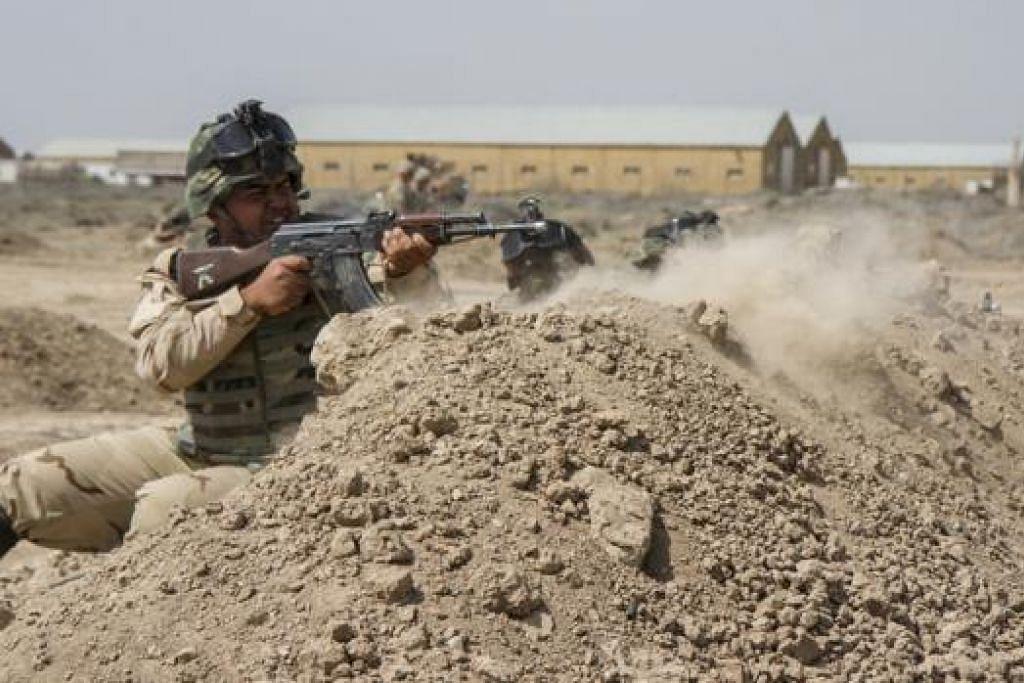 TINGKAT KEMAMPUAN: Askar Iraq mengadakan latihan dengan askar Amerika di Khemah Taji sejajar dengan langkah Washington membantu Baghdad memerangi IS. - Foto REUTERS