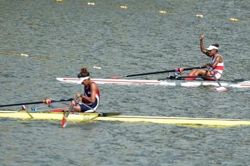 TIDAK KESAMPAIAN: Aisyah Mohamed Rafa'ee (kiri) hampa setelah menamatkan perlumbaan di tempat ketiga. Turut dalam gambar ialah pemenang pingat emas, Maryam Makdalena Daimoi dari Indonesia. - Foto-foto TUKIMAN WARJI