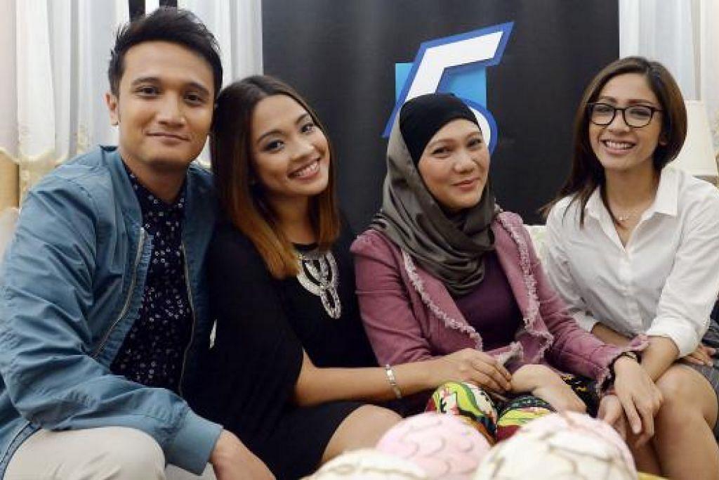 KELUARGA RAHMAN: Pelakon (dari kiri) Fauzie Laily, Syirah Jusni, Masturah Ahmad dan Elfaeza Ul-Haq membawa watak anggota keluarga Rahman dalam siri drama 'Tanglin'. - Foto TAUFIK A. KADER