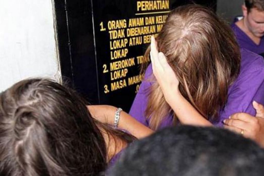 DIREMAN: Tertuduh, Eleanor Hawkins, 24 tahun, dan tiga lagi pelancong telah diberkas kerana didakwa berbogel dan kencing di puncak Gunung Kinabalu. Seorang lagi masih lagi diburu polis. - Foto THE STAR