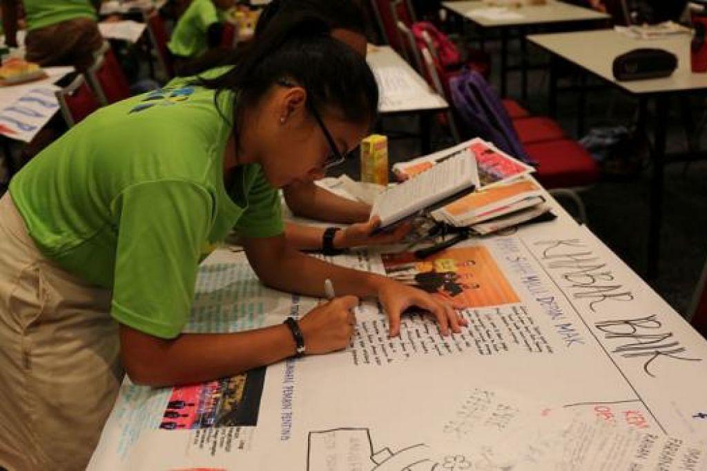 JADI WARTAWAN SEHARI: Pelajar diberi masa tiga jam untuk menghabiskan tugasan, termasuk menulis laporan, memetik serta memilih gambar yang sesuai dan mereka hias halaman.- Foto HAKIM YUSOF