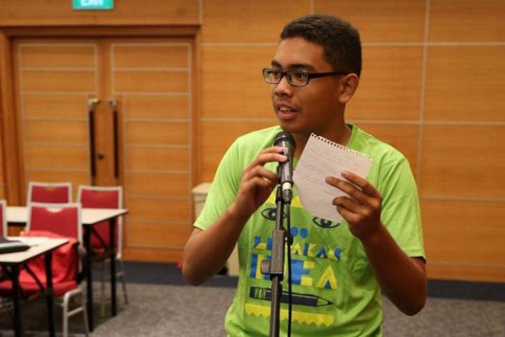 JADI WARTAWAN SEHARI: Pelajar Sekolah Menengah Bukit Batok, Abdul Qahar Zaini, menanyakan soalan kepada selebriti yang hadir. - Foto HAKIM YUSOF