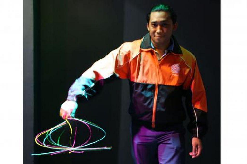 LAMPU 'AJAIB': Encik Alfy Hushairi menunjukkan ciptaannya berupa seutas tali dengan lampu 'strob' berwarna-warni yang kini dipamerkan di Pusat Sains Singapura. - Foto PUSAT SAINS SINGAPURA