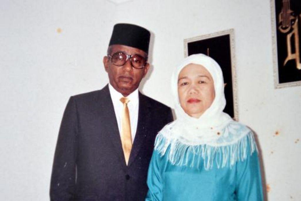 HINGGA AKHIR HAYAT: Allahyarham Abdul Rahim Karim, 88 tahun, meninggal dunia akibat radang paru-paru, disusuli isterinya, Allahyarhamha Azizah Mohd Hanip, 82 tahun, akibat masalah jantung dua hari kemudian. - Foto-foto ihsan KELUARGA HAMZAH ABDUL RAHIM