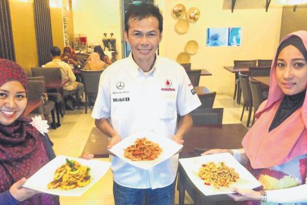 SILAKAN MAKAN: (Dari kiri) Cik Mairan, Encik Zamri dan Cik Hafidah menunjukkan antara sajian yang disediakan di Restoran Fiqk Culinaire. - Foto-foto FARID HAMZAH