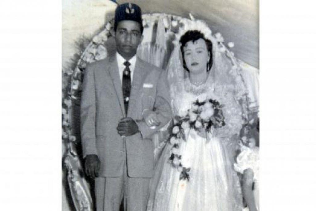 TIDAK BOLEH DIPISAH: Allahyarham Abdul Rahim dan Allahyarhamha Azizah bagaikan pasangan yang tidak boleh dipisahkan sejak mereka kahwin sehinggalah mereka meninggal dunia.  - Foto-foto ihsan KELUARGA HAMZAH ABDUL RAHIM