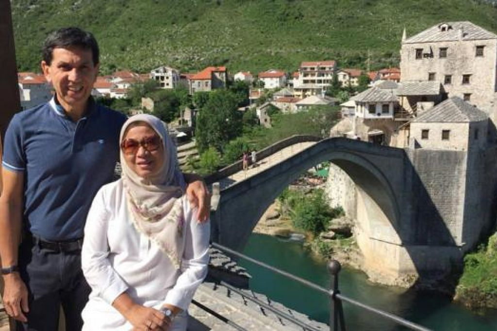 Penulis (kiri) dan suami Encik Alami Musa, di Jambatan Lama Stari Most di Morstar. - Foto RUKAIYAH AHMID