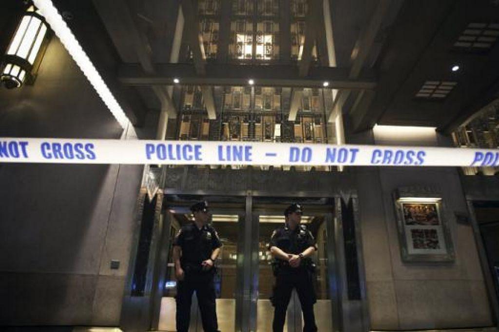 KAWAL KETAT: Polis New York mengawal ketat pintu masuk Hotel Waldorf Astoria selepas kejadian menambak tidak sengaja, kelmarin. - Foto REUTERS
