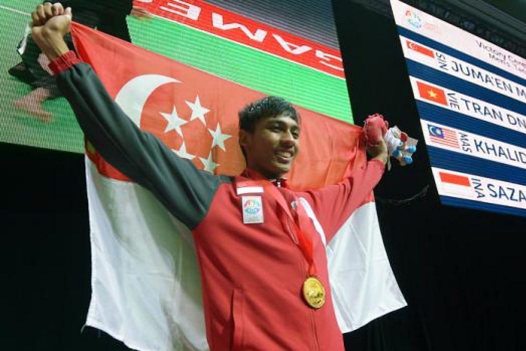 PENDEKAR EMAS: Muhammad Nur Alfian Juma'en mempertahankan pingat emas yang dimenangi di temasya Sukan SEA dua tahun lalu di Myanmar dengan kejayaannya di final yang berlangsung di Singapore Expo semalam. - Foto TUKIMAN WARJI