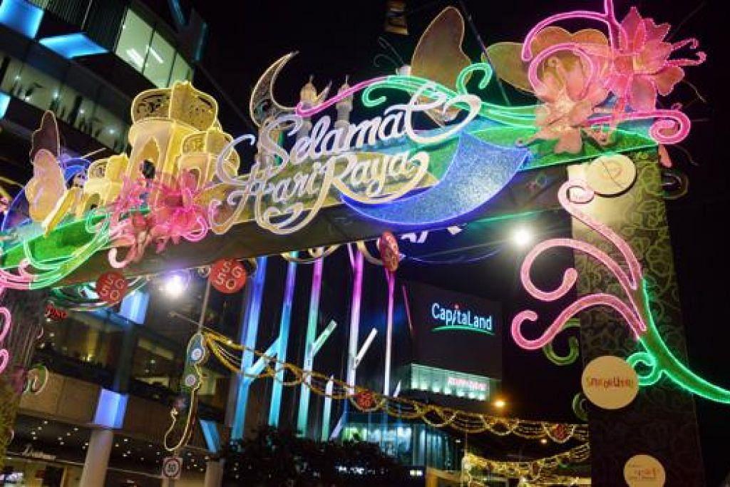 TAMPINES BERSERI: Sepanjang jalan di Tampines Central ini buat pertama kali disinari dengan lampu hiasan, menyemarakkan lagi suasana sepanjang Ramadan dan Hari Raya Aidilfitri. - Foto KHALID BABA