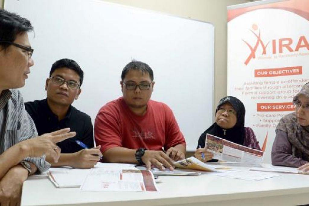 BINCANG PROJEK: Ahli jawatankuasa dan sukarelawan Wira (dari kanan), Cik Sajni Linda Abdullah, juga pengasas Wira; Cik Hamidah Johari; Encik Mohd Hafiz Yusof;dan Encik Mohd Hatta Ibrahim, semasa berbincang tentang projek korban di Kemboja yang akan dijalankan persatuan itu, dengan Encik Abdul Razak Mohd Yatim (kiri) dari Fizzra Enterprise di pejabat Wira baru-baru ini. - Foto-foto TAUFIK A. KADER
