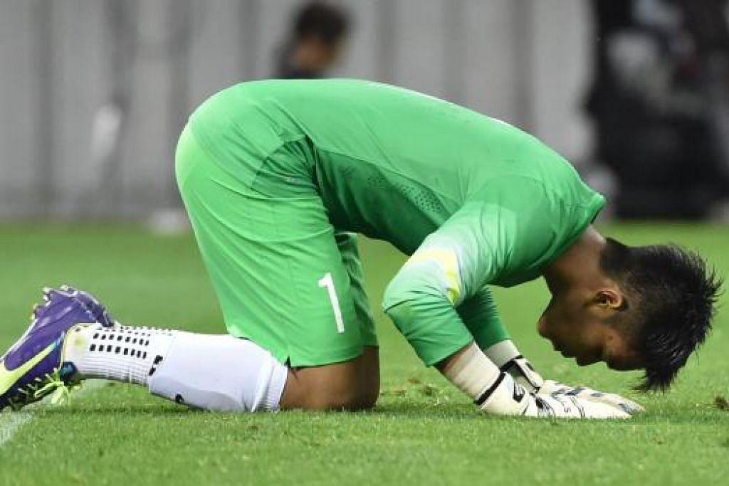 KUCUPAN WIRA: Izwan Mahbud bersujud syukur, selepas memberikan persembahan terbaik perlawanan.