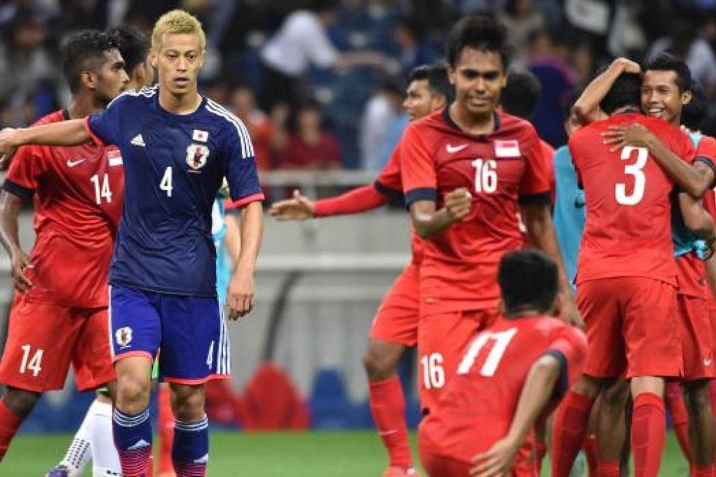 SATU MATA BERHARGA: Pemain Singapura meraikan keputusan seri, dengan bintang Jepun Keisuke Honda memerhatikan dengan sugul.