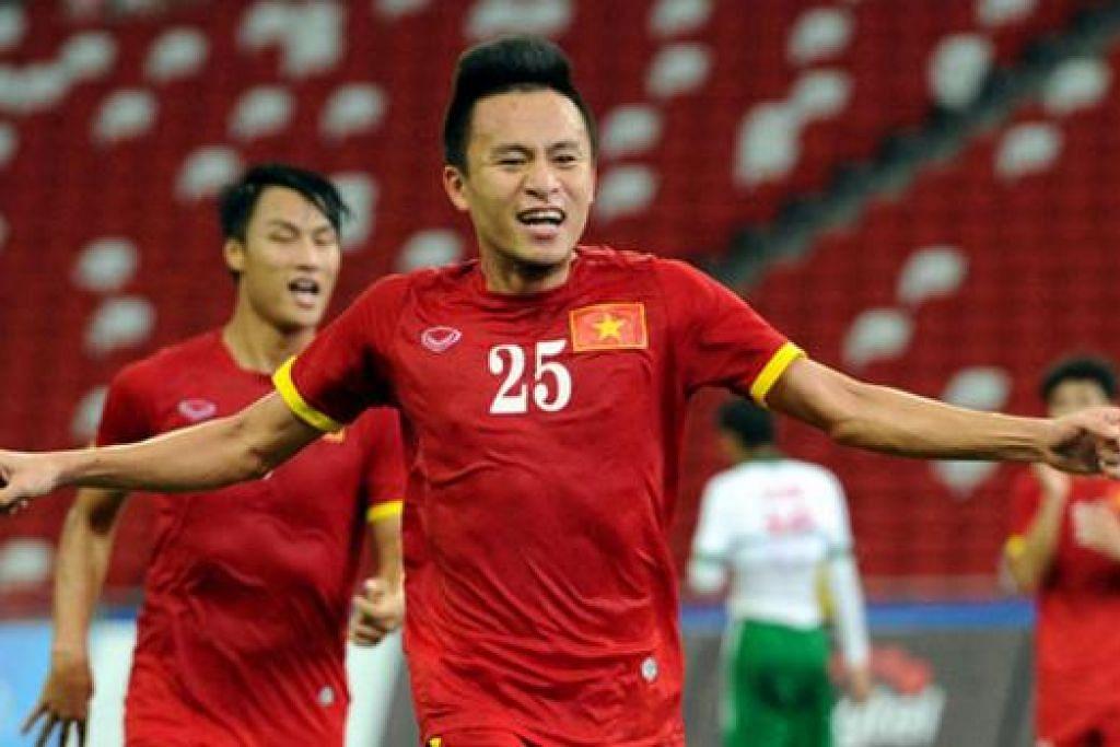 WIRA PASUKAN: Penyerang Vietnam, Vo Huy Troan, meraikan salah satu daripada dua golnya semasa membantu pasukan negaranya memenangi pingat gangsa acara bola sepak dalam Sukan SEA ini. - Foto SINGSOC