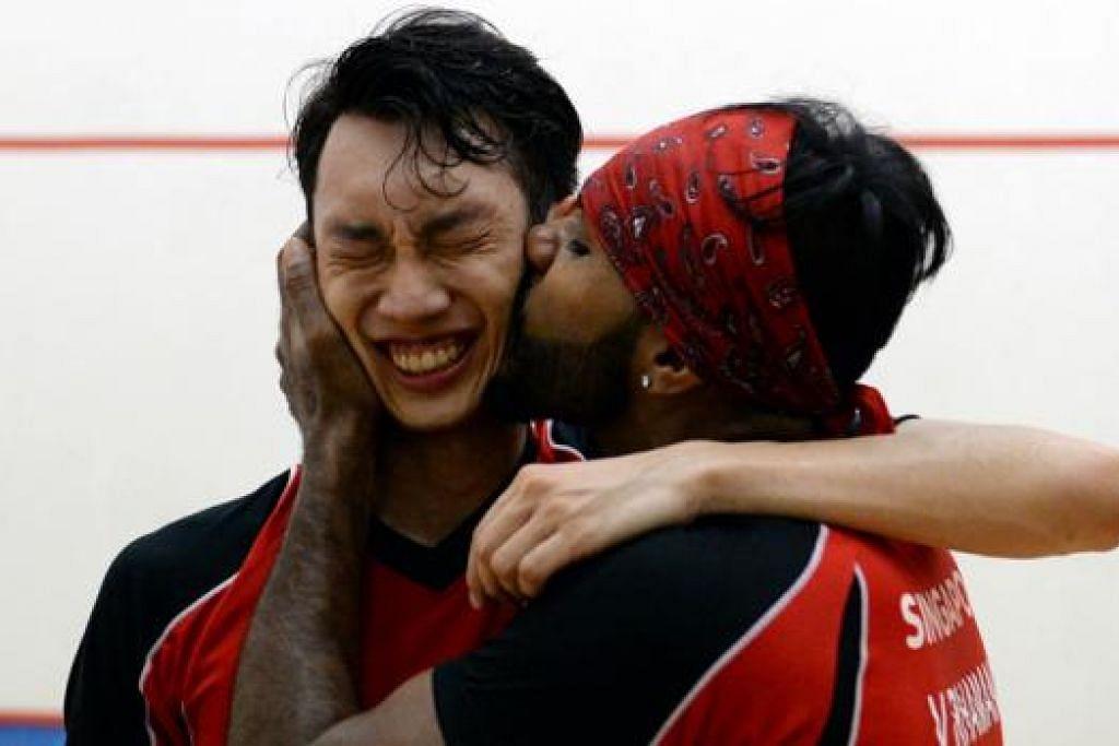 GEMBIRANYA MENANG: Pemain nombor satu negara, Vivian Rhamanan (kanan), begitu gembira sehingga mengucup pipi rakan sepasukan, Marcus Phua, sebaik mereka memenangi pingat emas acara 'beregu jumbo' squash semalam. - Foto ZAINAL YAHYA