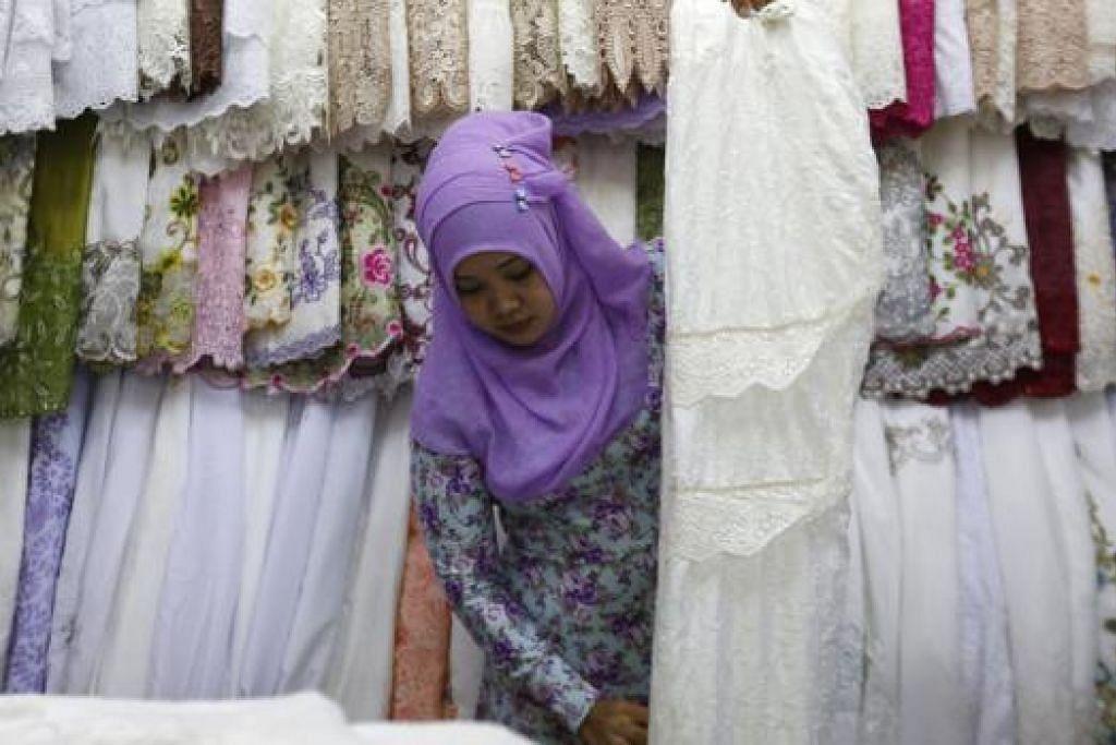 PERSIAPAN RAMADAN: Seorang penjaja di Jakarta membuat persiapan terakhir bagi menyambut Ramadan yang bakal menjelang. - Foto AFP