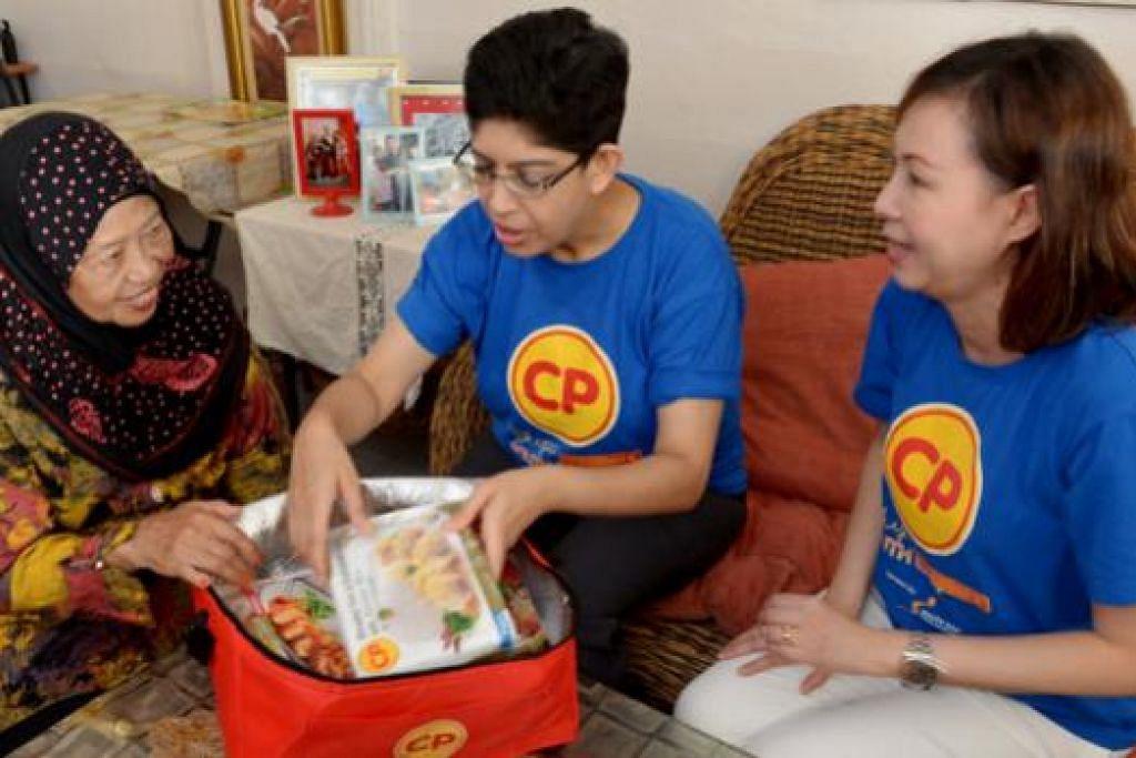 AGIH HABUAN: Profesor Madya Fatimah Lateef (tengah) dan Naib Presiden CP Foods Singapore, Cik Joyce Yap (kanan), menghantar hamper makanan ke rumah Cik Sae Yah Abdul Rahim (kiri). - Foto TUKIMAN WARJI