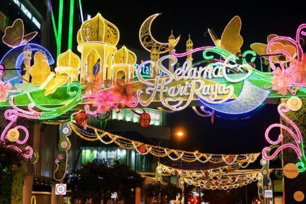 BERMANDIKAN CAHAYA: Kawasan Tampines Central juga berseri diterangi hiasan dan cahaya berwarna-warni bagi menyambut dan menyemarakkan lagi suasana Ramadan.