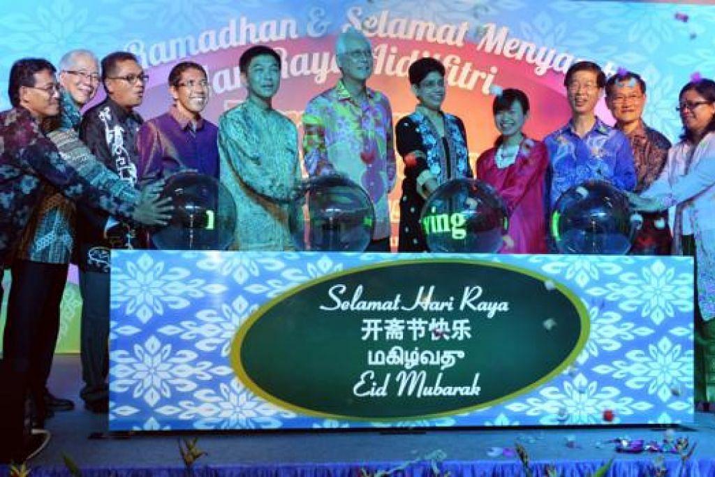 PENYALAAN LAMPU: Para Anggota Parlimen GRC Marine Parade, Dr Fatimah Lateef (lima dari kanan), dan Encik Tan Chuan-Jin (lima dari kiri) dan Cik Tin Pei Ling (empat dari kanan) bersama Menteri Kanan Emeritus, Encik Goh Chok Tong (tengah), antara yang merasmikan penyalaan Lampu Hari Raya di Geylang Serai Sabtu lalu. Beberapa AP Melayu yang turut serta ialah Menteri Negara (Pembangunan Negara merangkap Pertahanan), Dr Mohamad Maliki Osman (empat dari kiri), dan AP GRC Bishan-Toa Payoh, Encik Zainudin Nordin (tiga dari kiri).