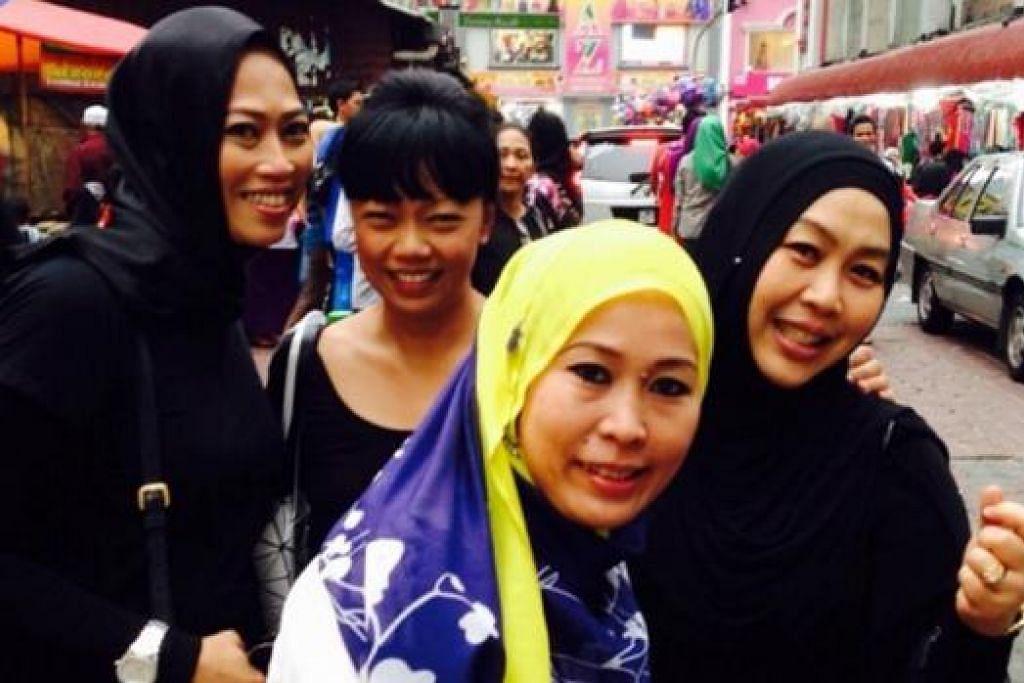 BERBALOI BERBELANJA: Cik Rafidah (paling kanan) bersama rakannya berbelanja di kawasan Masjid India bagi memanfaatkan ringgit yang merosot minggu lalu. - Foto ihsan RAFIDAH ALI