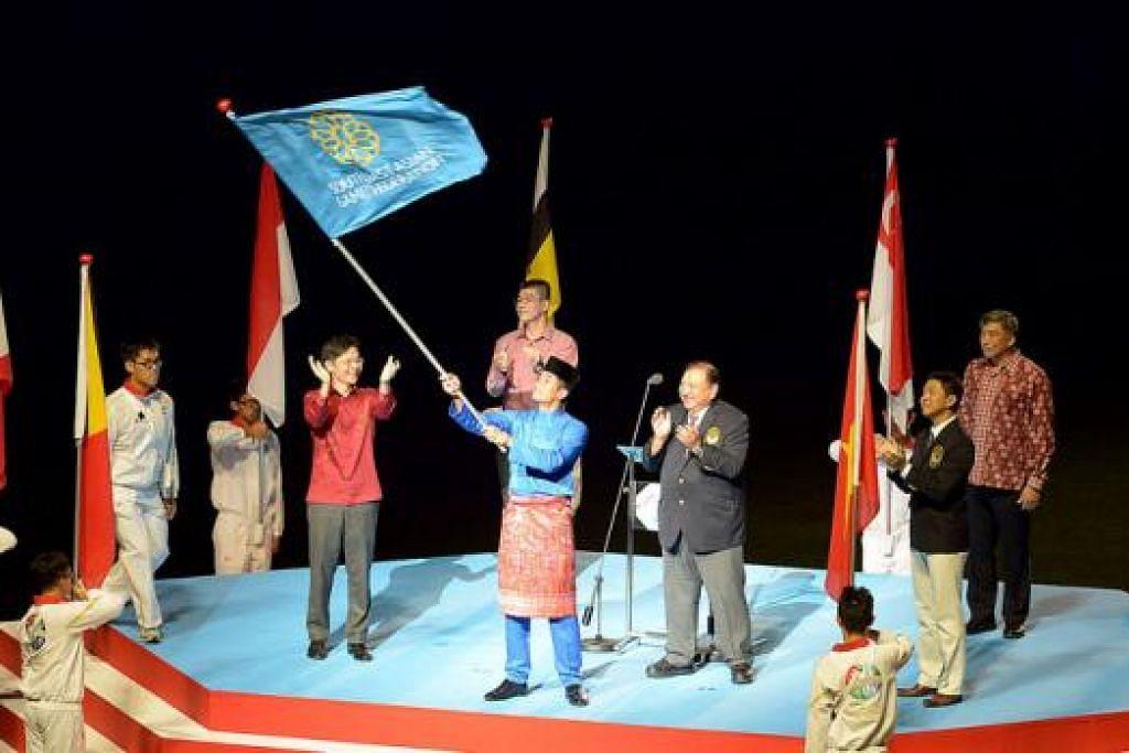 SEHINGGA 2017: Menteri Belia dan Sukan Malaysia, Encik Khairy Jamaludin (baju kurung), mengibarkan bendera Persekutuan Sukan SEA. Memerhatikannya ialah (barisan depan, dari kiri) Menteri Kebudayaan, Masyarakat dan Belia, Encik Lawrence Wong; Presiden Majlis Olimpik Malaysia, Tunku Imran Tunku Ja'afar; dan Encik Tan Chuan-Jin. - Foto TUKIMAN WARJI