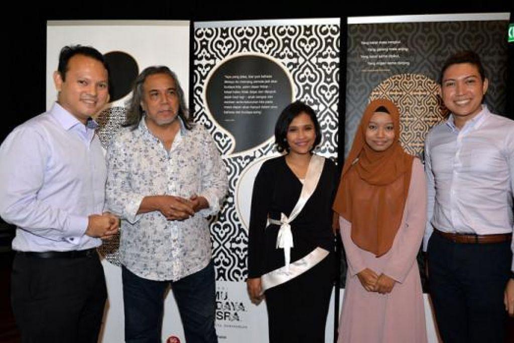 DUTA BAHASA 2015: (Dari kiri) Encik Zaqy bersama empat Duta Bahasa yang dilantik bagi kempen Bulan Bahasa tahun ini – Datuk Ramli Sarip, Fiza O, Cik Siti Aisyah dan Encik Mohamed Hairianto. - Foto M.O. SALLEH